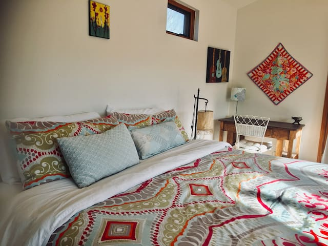 Madrid king room - walk to town, bright, cozy