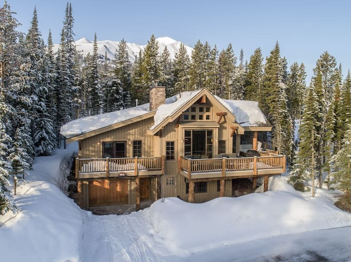 Timeless, Ski-In/Ski-Out Lodge with Private Hot Tub and sweeping mountain vistas