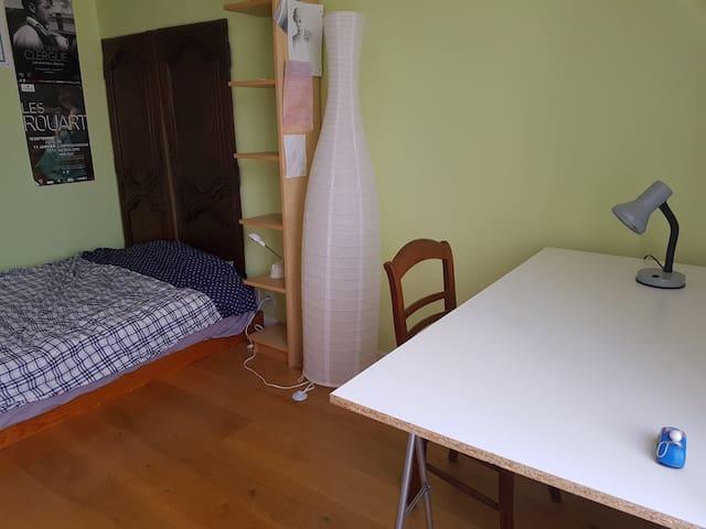Chambre calme dans maison familiale, Rueil
