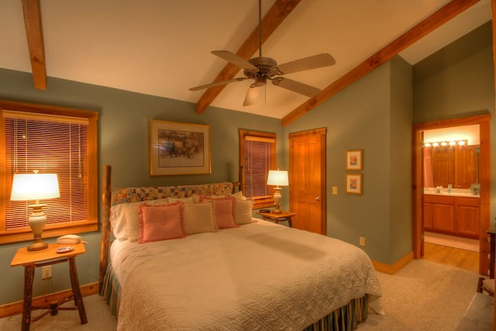 2BR/2BA Cottage, Creek, King Suite w/ Jetted Tub, Club Privileges, Near Skiing