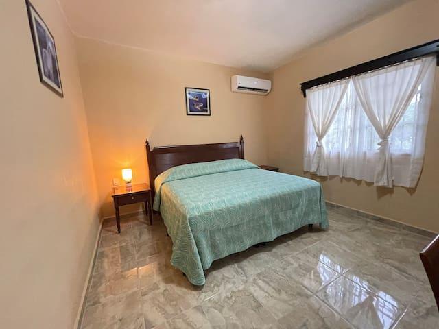 Recámara principal con cama King Size y aire acondicionado.