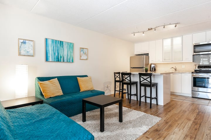 The Golden Haven - Vibrant Condo in Collingwood