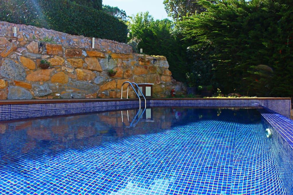 La piscina es de agua ligeramente salada para evitar alergias al cloro sin sacrificar efectividad.