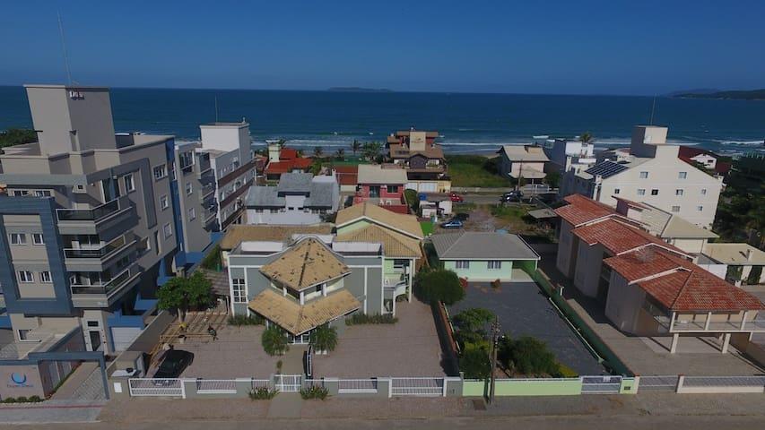 Duplex em Pousada para 7 pessoas 50 m da praia.