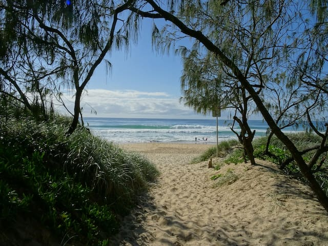 Beachfront Mount Coolum * New * 360 degree views - Mount Coolum - บ้าน