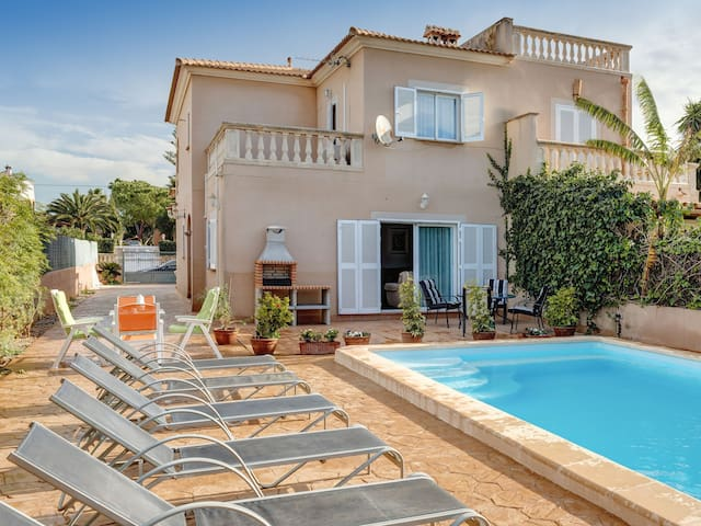 Holiday home with pool near the beach – Casa Linda