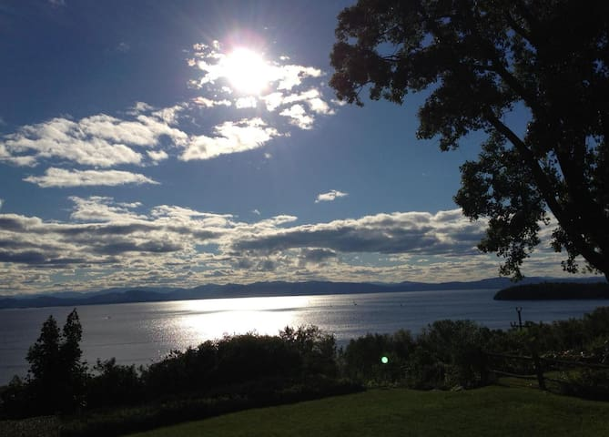 Lake Champlain & Adirondack Views - Burlington - Apartment