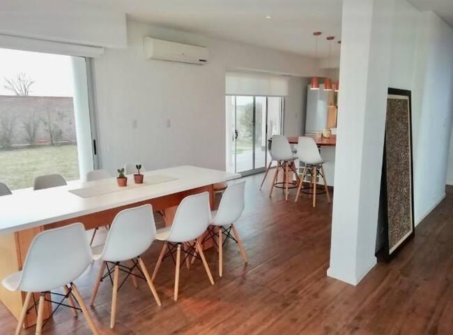 Comedor, barra y cocina totalmente equipado. Amplia mesa para 10 personas