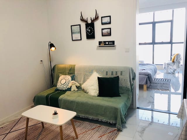 家庭影院有投影阳光房ins风小清新落地窗公寓万达设施齐全便捷