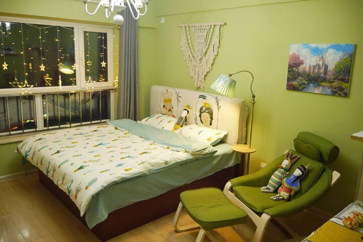 栖木▪安娜与国王(新天地公寓)临近新玛特、红博、八女投江、江滨公园的一居室