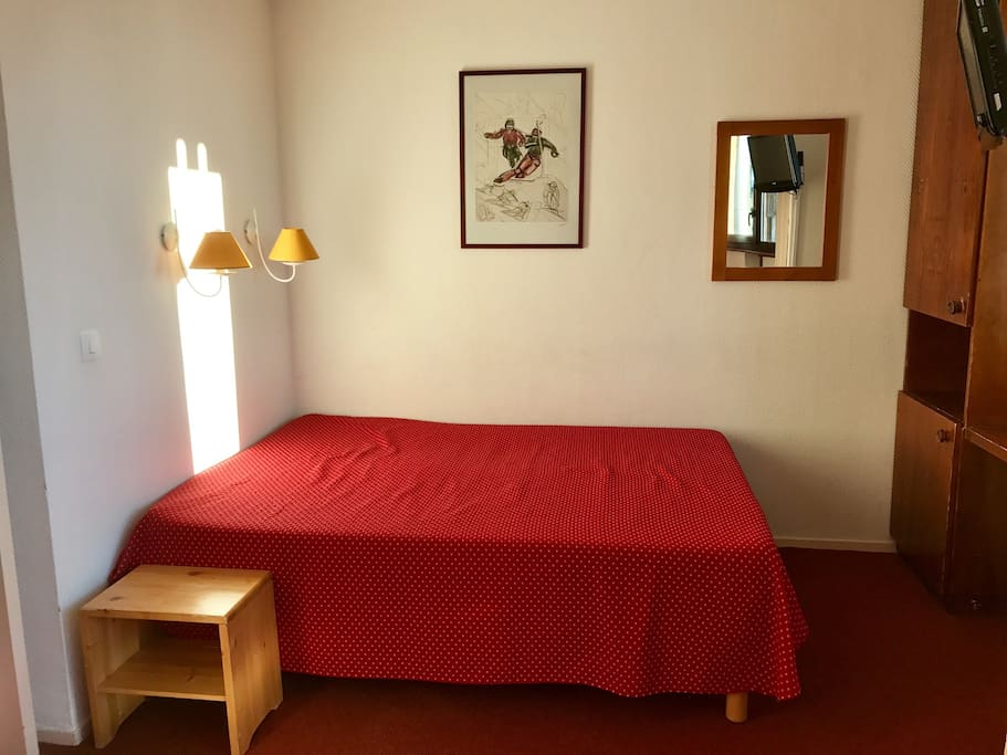 Chambre avec lit double et placards Bedroom with double bed and storage