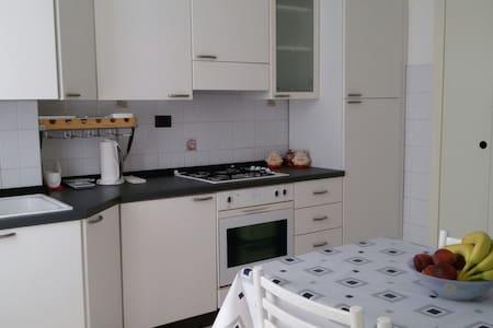 Accogliente e moderno trilocale - Voghera - アパート