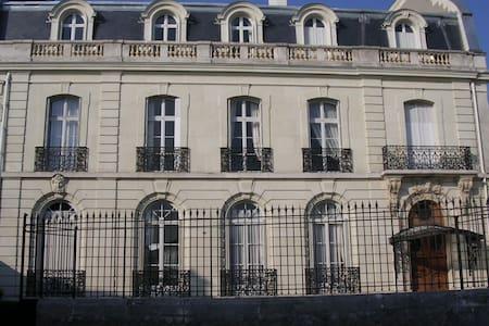 Grande chambre dans hôtel particulier - Saumur - Bed & Breakfast