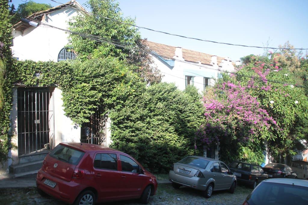 Casa em rua tranquila próxima ao Largo das Neves melhor praça de Santa Teresa.
