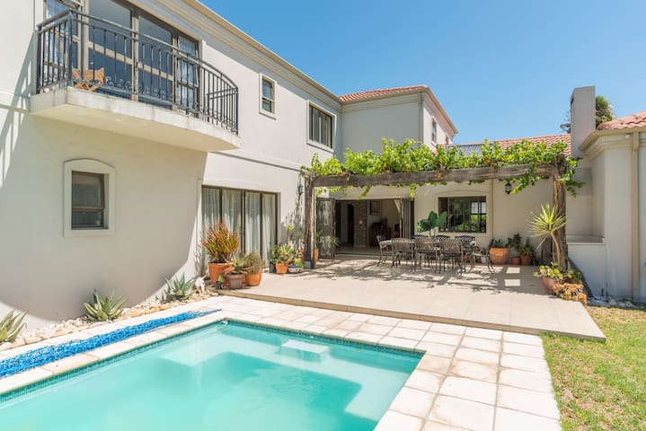 Sunset Beach Spacious Home. Just 25min to the City