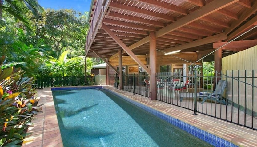 Private, tropical, 2 bedroom, poolside apartment - Trinity Beach - Apartment