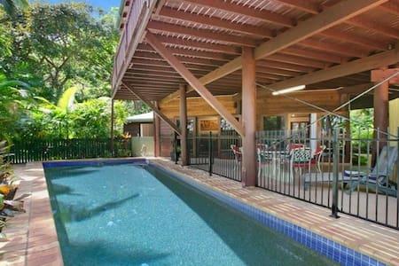 Private, tropical, 2 bedroom, poolside apartment - Trinity Beach - Departamento
