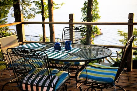 Charming lakeside cottage on beach - Auburn - Chatka