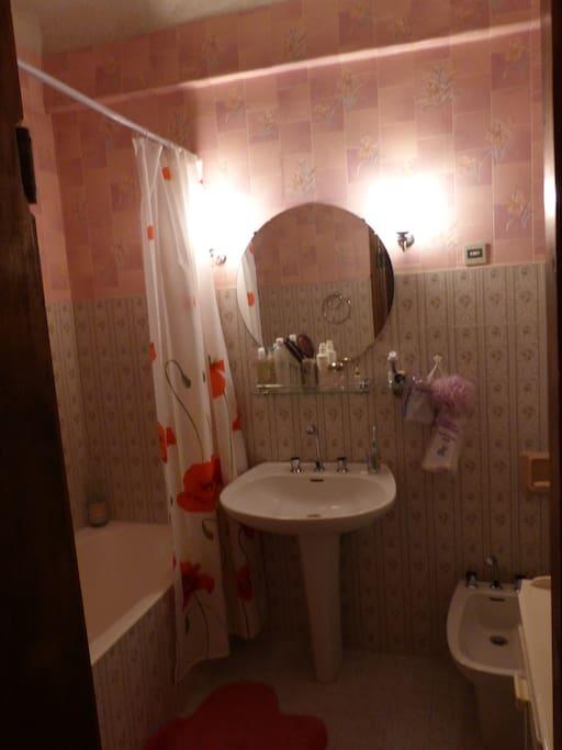 la salle de bain avec baignoire, bidet et lavabo