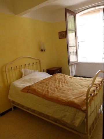 la chambre, lit double, placards