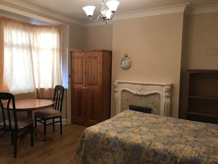 Spacious double room en- suite in SE9