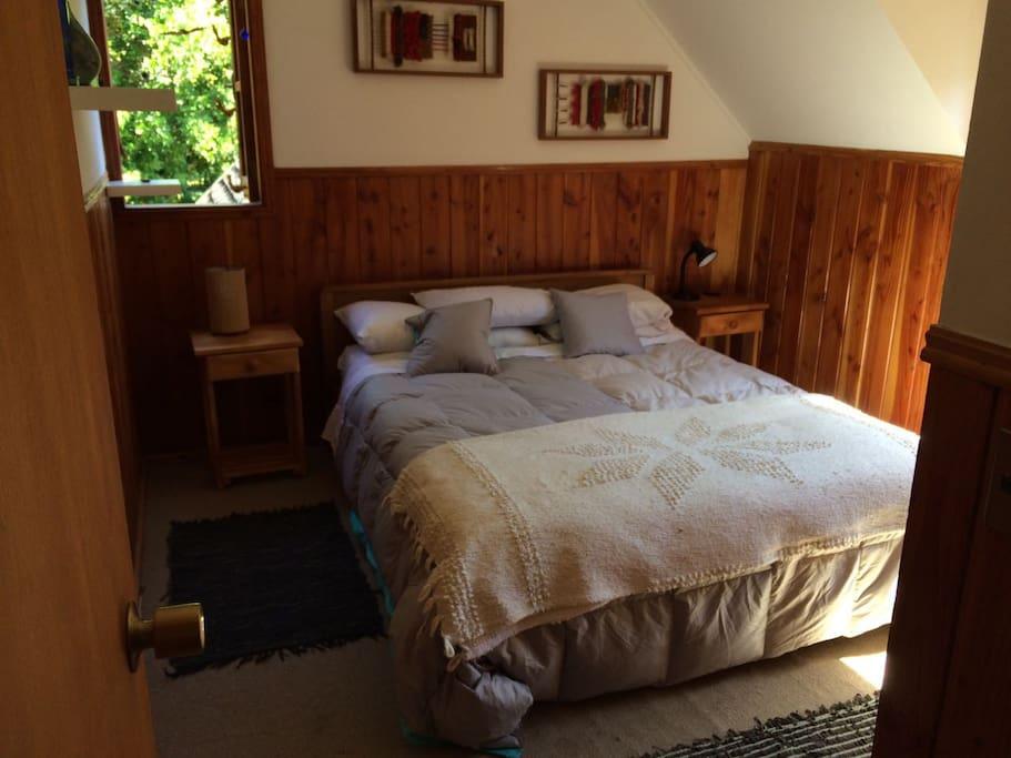 Cómoda cama de dos plazas.Confortable double bed.
