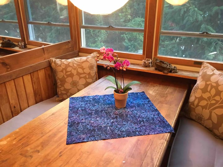 Sunny studio retreat near Puffers Pond and campus