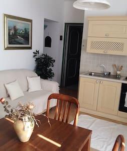 CON GIARDINO IDEALE PER FAMIGLIA - Pula - Apartamento