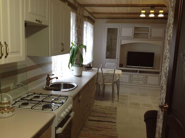 Небольшой уютный домик в деревенском стиле.