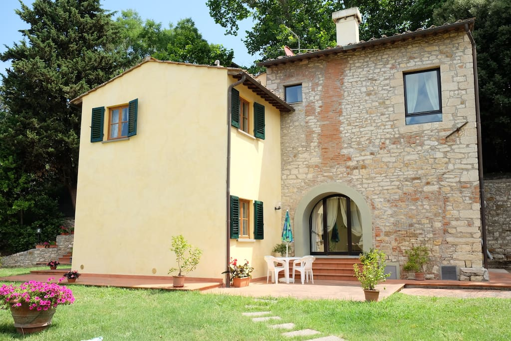 At the first floor of the house is Villa Tosca, on the second floor is Villa Mimì