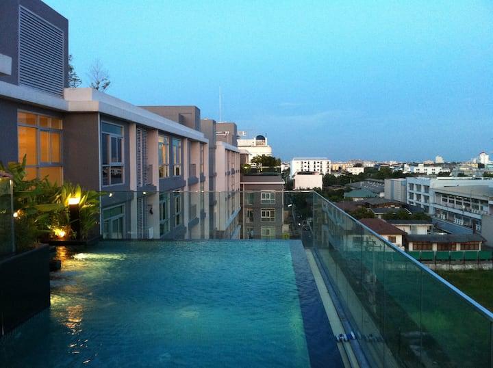 Bangkok cozy studio 150m to BTS free gym pool wifi