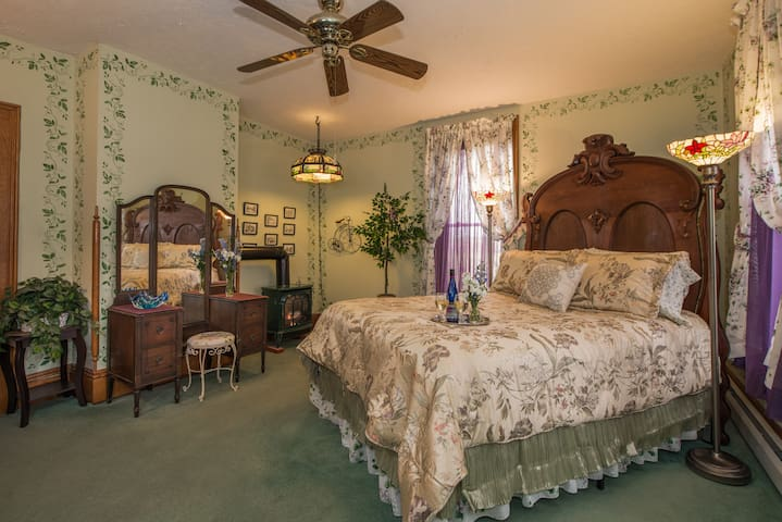 Ivy Solace - Sutherland House Victorian Bed & Breakfast