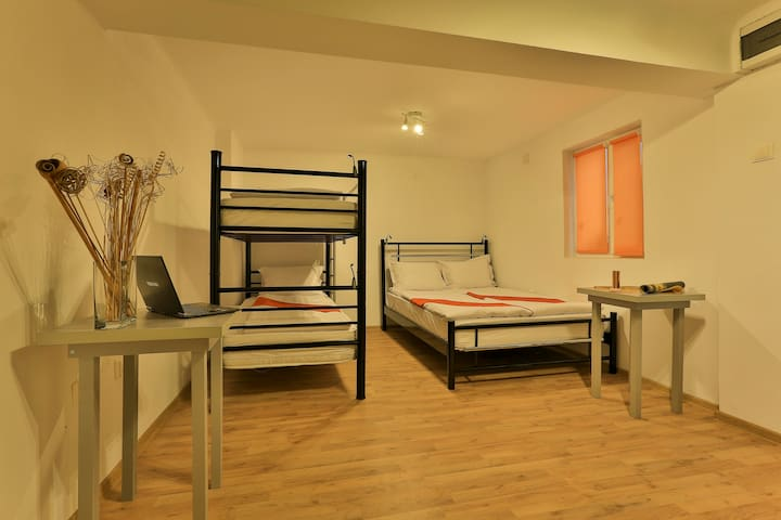 BOOK--A-REST Hostel - Family Room - București - Bed & Breakfast