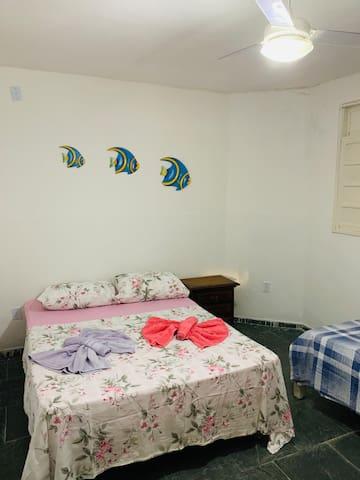 Quarto 05 - 01 Cama de Casal e 01 Cama de Solteiro. Parte térrea da casa. Possui ar condicionado.