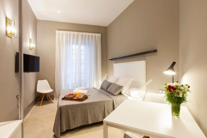 Bright, stylish studio, close to the beach, Sitges