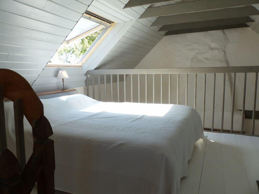 Le grand lit dans la mezzanine