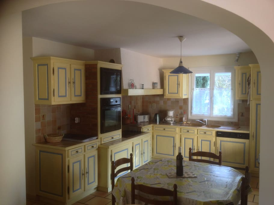 Cuisine provençale entièrement équipée; Four, micro ondes,plaques,, lave vaisselle, frigo,grille pain,cafetière , Bouilloire....