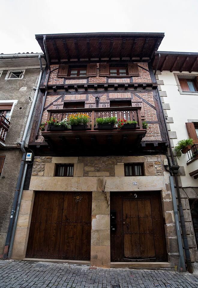 Fachado con entramado de madera y ladrillos cara vsita