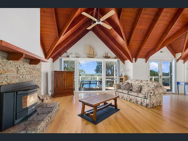 Water View, Spa Bath, Wood Fire, Loft, Pool Table - Lakes Entrance - Casa
