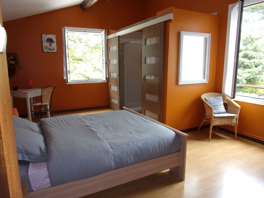 Chambre pr s des ocres du colorado guesthouses for rent for Chambre french translation
