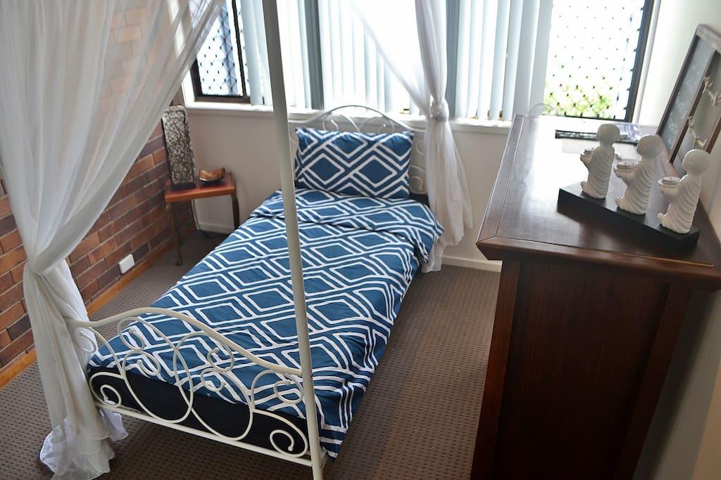 Bedroom 1: Single