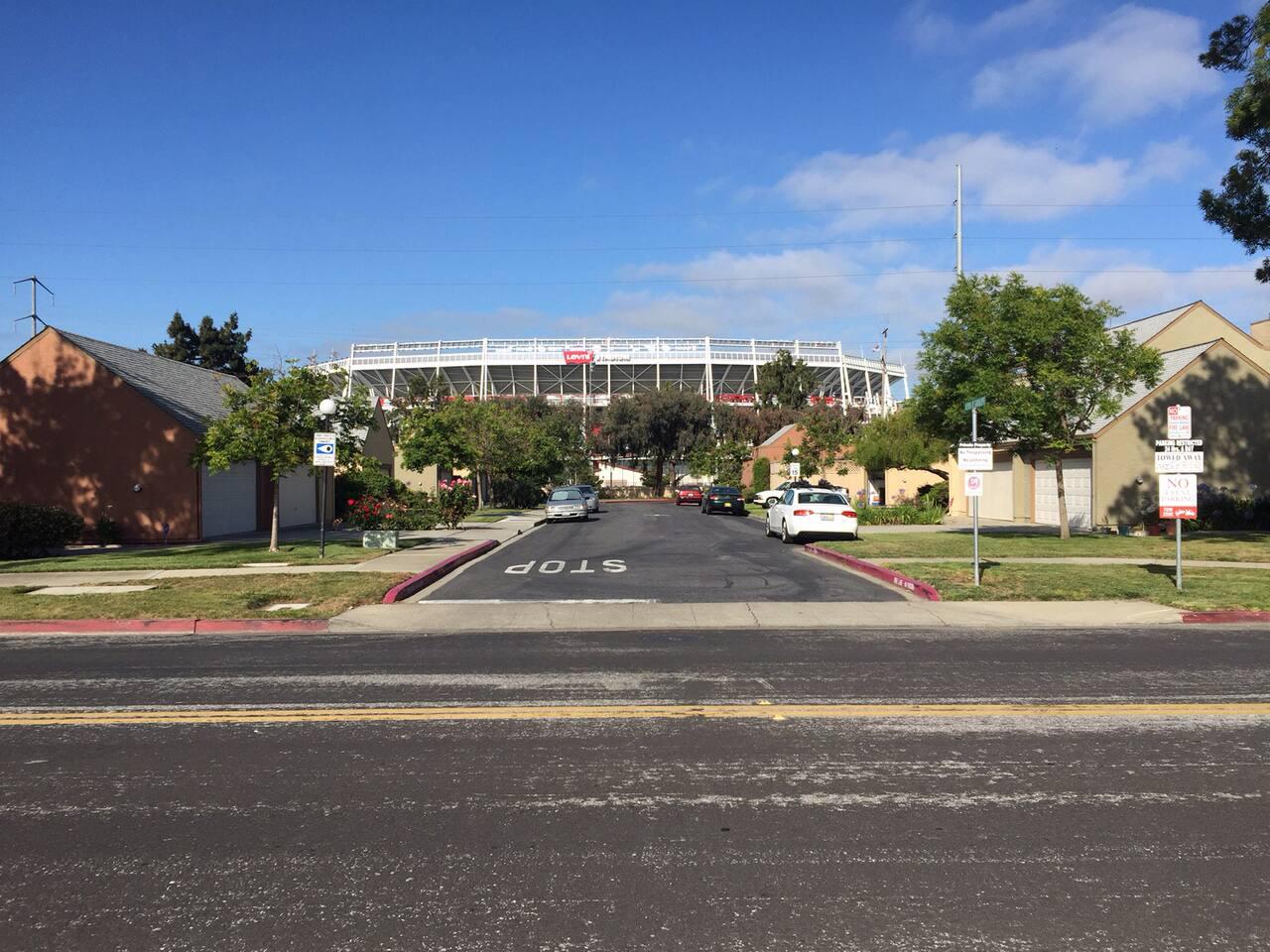 Short walk to Levi's Stadium