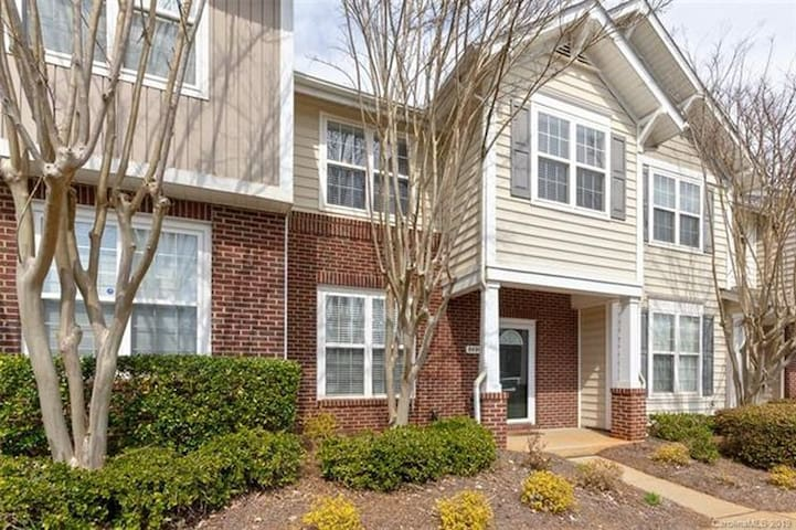Gorgeous Townhome in University City!