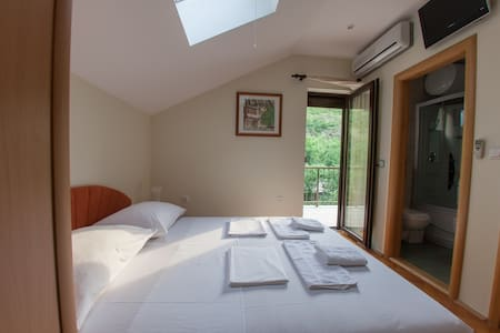 Double Room with Private Bathroom and Balcony - Mostar - Villa