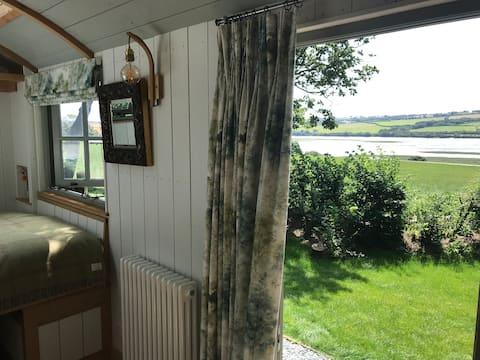 Luxury Shepherds Hut with hot tub - Stunning spot!