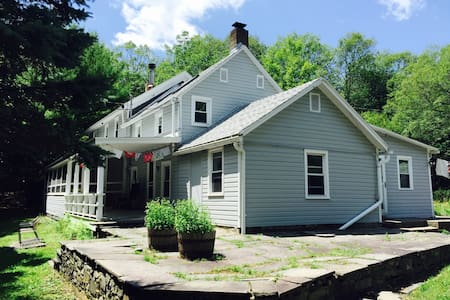 Woodstock area farm house 10 acres! - Huis