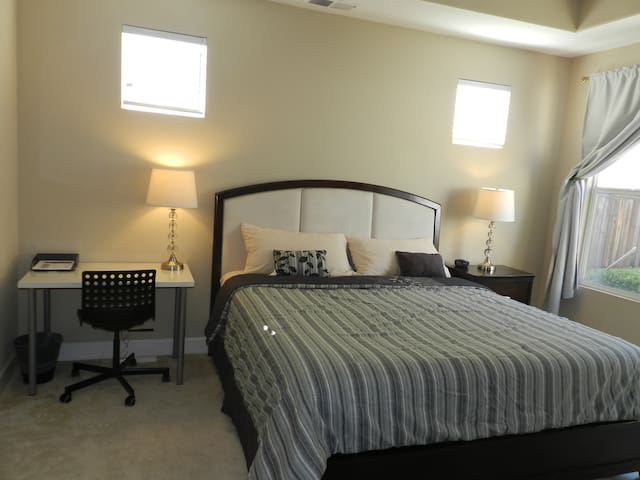 Lovely private master suite in Evergreen foothill