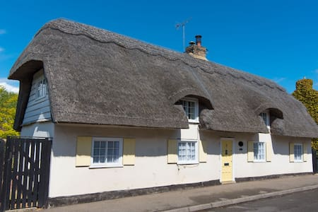 Charming 18C Thatched Cottage, Over - Over - Casa