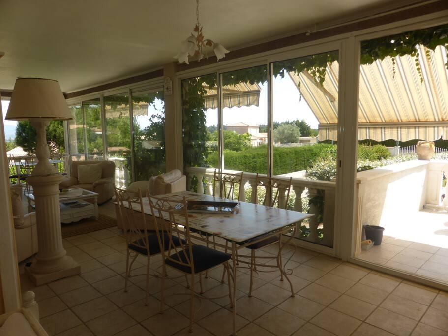 salle de petits déjeuners dans la véranda sur la piscine