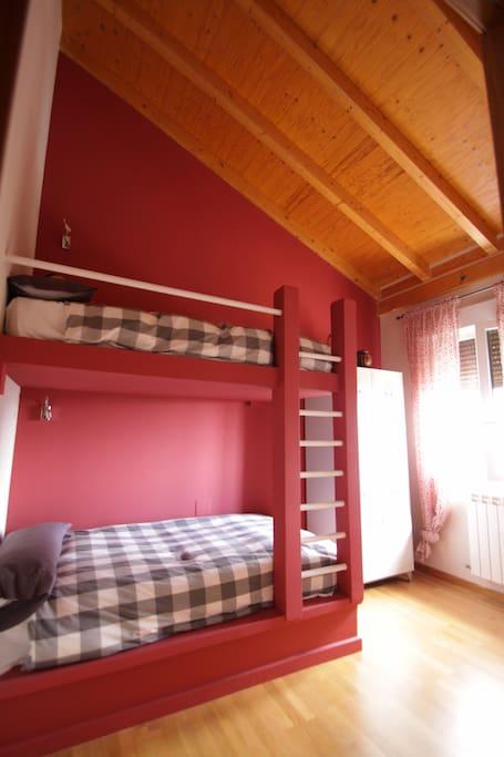 Habitación dos camas en litera